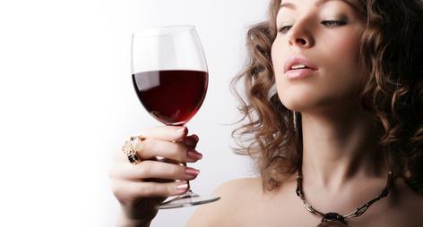 femme qui boit un verre de vin