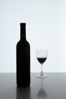 Botella y copa con vino