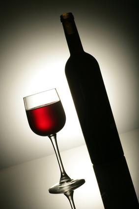 verre de vin et bouteille dans l'ombre